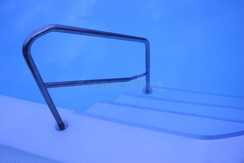 Download Duży Kryty Basen Kroki Wciąż Zdjęcie Stock - Obraz złożonej z basen, odtwarzanie: 145484