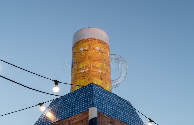 Duży kubek piwa dekoracyjnego stoi na wzgórzu na Festiwalu Piwa na nasypie miasta Nahariyya w Izraelu zdjęcia stock