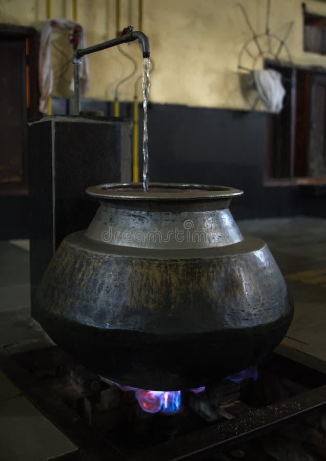 Duży metal i orientalni naczynie stojaki nad ogień fotografia stock