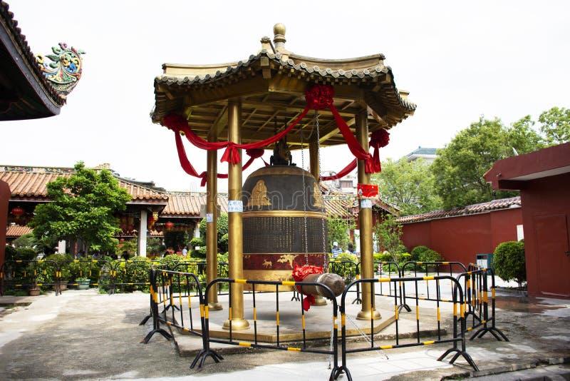 Duży metalu dzwon dla chińczyków i podróżnika obcokrajowa podróży odwiedza szacuneku modlenie i puka przy Kaiyuan świątynią przy  obrazy royalty free