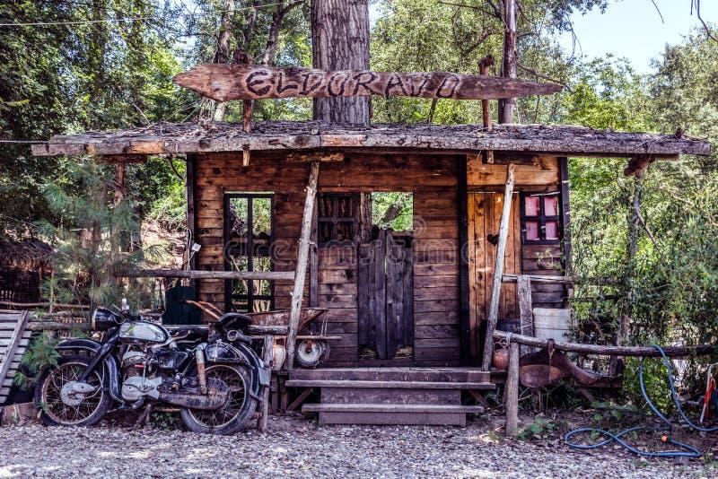 Duży model dziki zachodni bar i stary motocykl zdjęcie royalty free