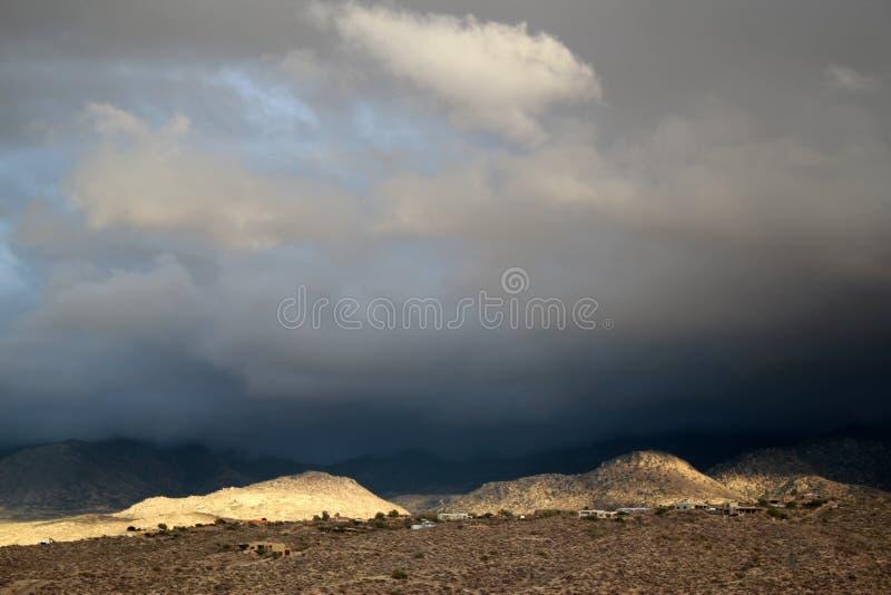 Duży monsun chmurnieje przy zmierzchem nad rozjarzonymi złotymi Santa Catalina górami w Tucson Arizona obrazy royalty free