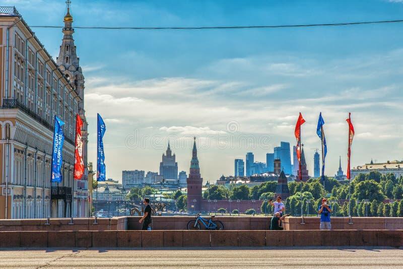 Duży Moskvoretsky most dekoruje z flaga z symbolem FIFA zdjęcia stock