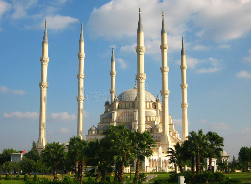 Duży muzułmański meczet z wysokimi minaretami w mieście Adana, Turcja obraz royalty free