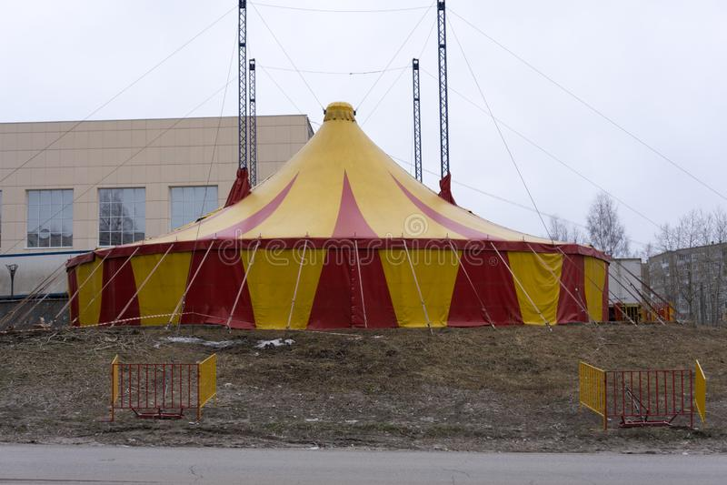Duży namiot nakrywa en kolor żółtego i czerwień namiot barwi zdjęcie royalty free