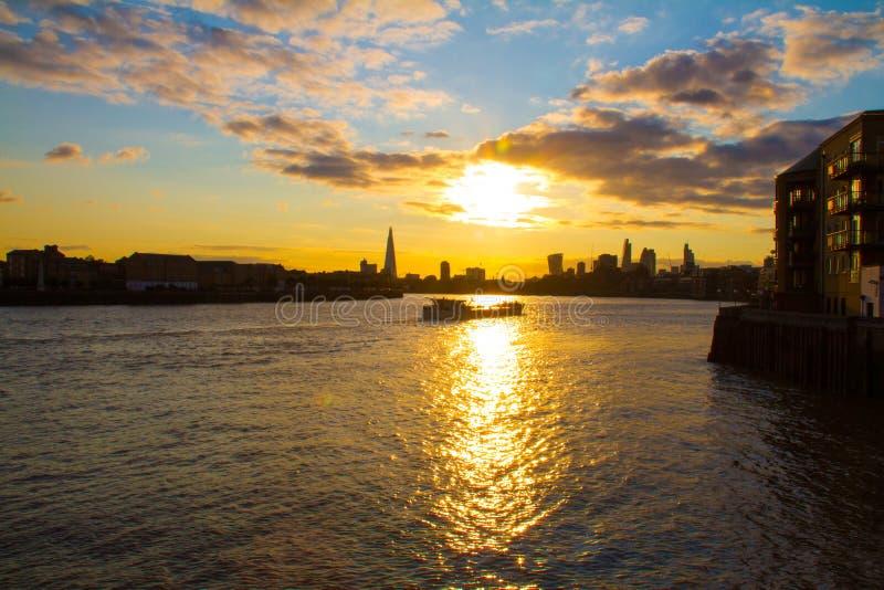Duży niebo i barki łódź na Thames rzece, Londyn zdjęcie royalty free