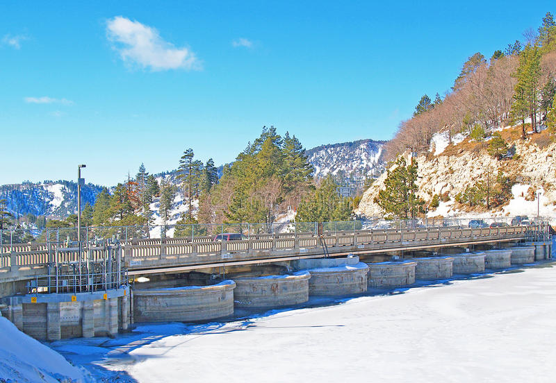 Duży Niedźwiadkowy jezioro: Stara droga Przez tamę zdjęcie stock
