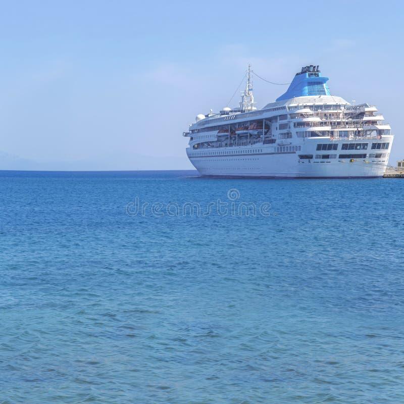 Duży nowożytny luksusowy statek wycieczkowy dokujący przy marina dokiem z morzem fotografia royalty free