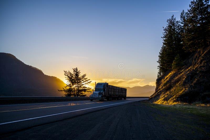 Duży odtransportowanie zaopatrująca takielunek ciężarówki owoc semi boksuje na płaskim łóżku obraz stock