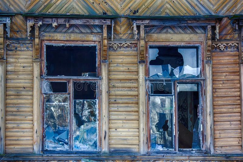 Duży okno z błękitnym szklanym zniszczeniem obrazy royalty free