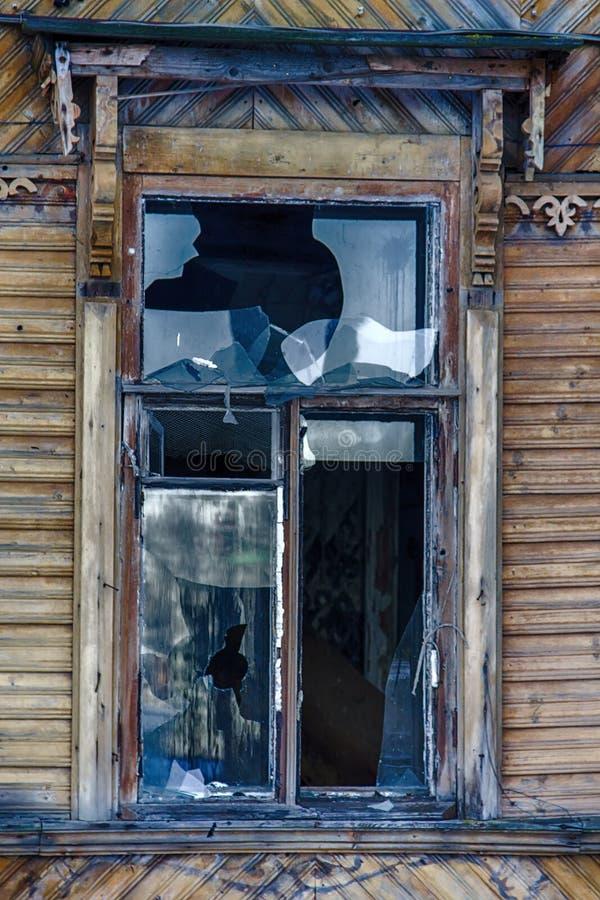 Duży okno z błękitnym szklanym zniszczeniem obraz royalty free