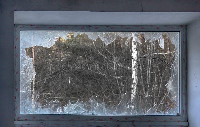 Duży okno z błękitnym szklanym zniszczeniem obraz stock