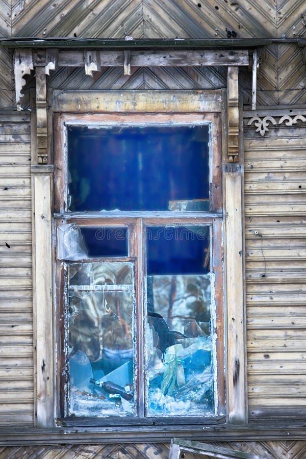 Duży okno z błękitnym szklanym zniszczeniem fotografia stock