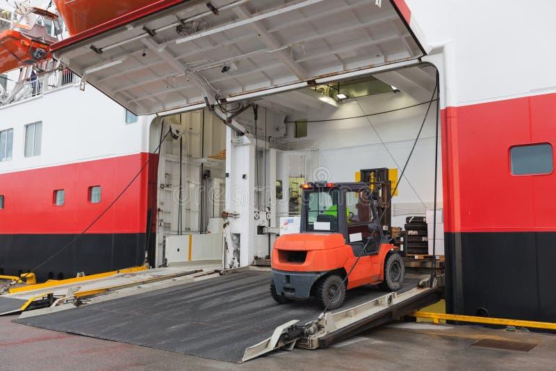 Duży pasażerski statek z dźwignięcie ciężarówką fotografia royalty free