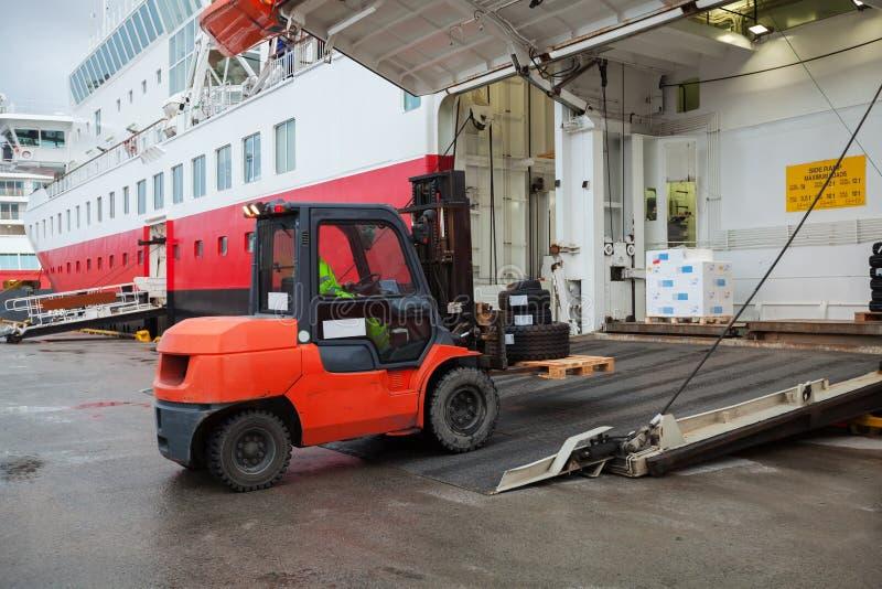 Duży pasażerskiego statku ładowanie z dźwignięcie ciężarówką obrazy royalty free