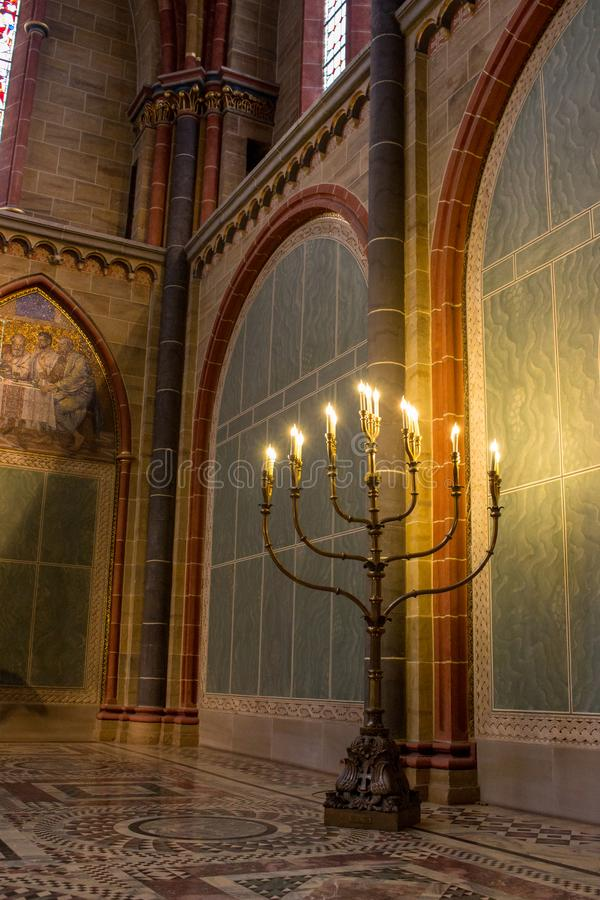 Duży podłogowy menorah w kościół Tradycyjny menorah z świeczkami Duży candlestick z światłami Religii i wiary poj?cie zdjęcia royalty free