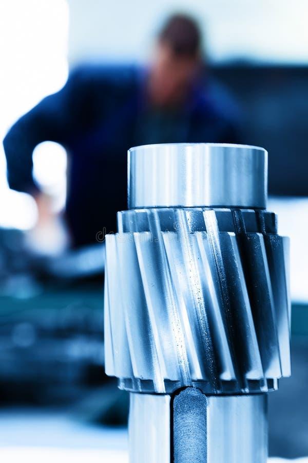 Duży przemysłowy element, śruba Mężczyzna pracuje na maszynie obrazy stock