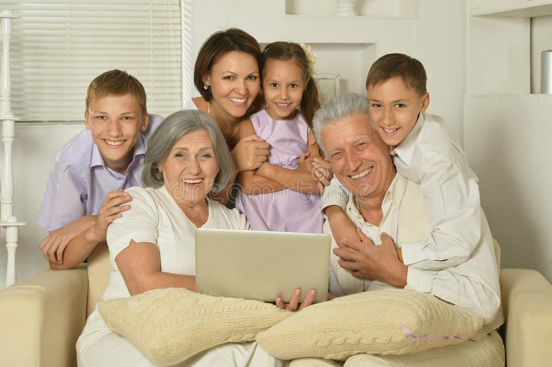 Duży rodzinny pozować w domowym wnętrzu zdjęcia royalty free
