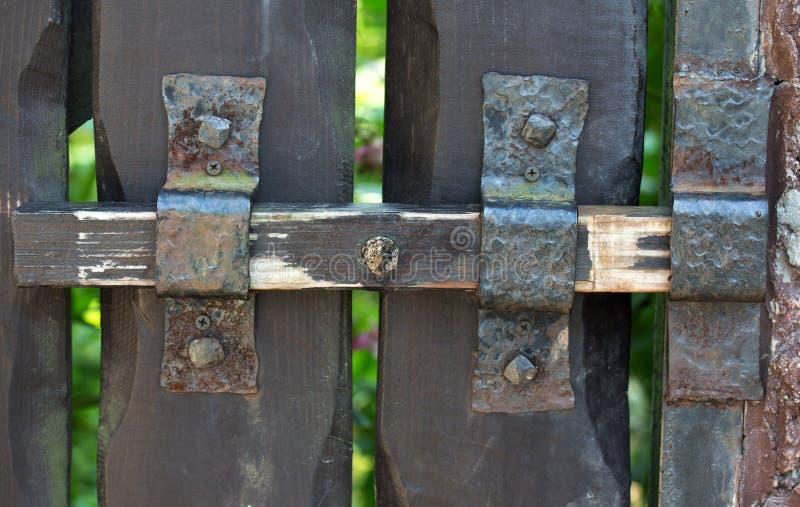 Duży rygiel na drewnianym drzwi obraz stock
