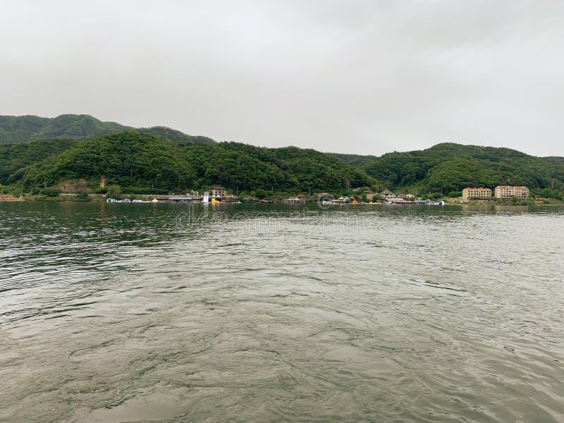 Duży rzeki i zieleni góry tło obraz stock