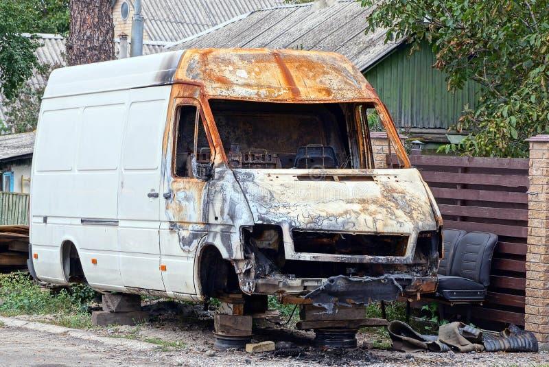 Duży stary burnt biały autobus na ulicie drogą obrazy royalty free