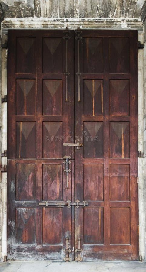 Duży stary drewniany drzwi z obieranie lakierem obraz stock