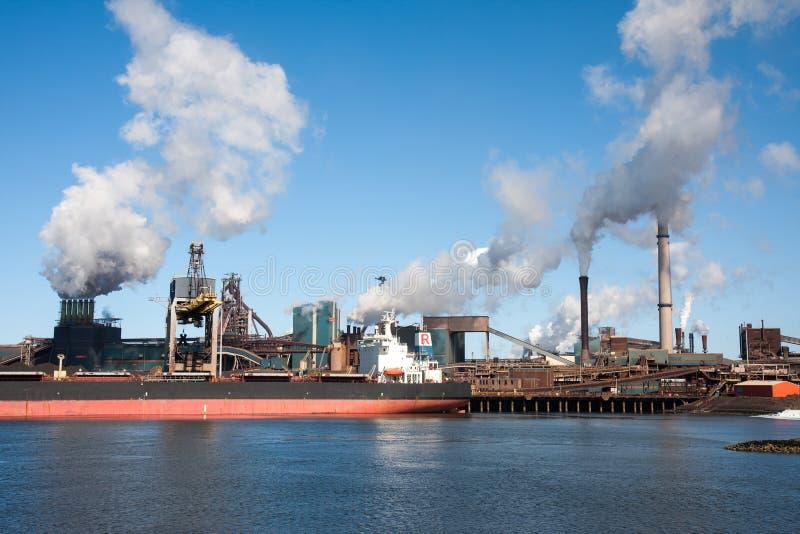 Statek przed wielką stalową fabryką w iJmuiden, Netherla zdjęcia stock