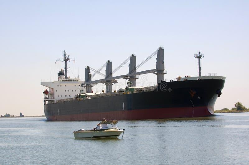 Duży statki - małe łodzie obrazy royalty free