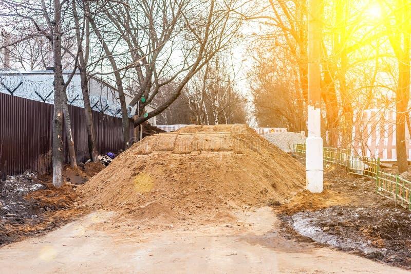 Duży stos piasek na footpath Pracownicy zalewali przejście Problemy no są wysokiej jakości drogowych napraw Niszczył pieszy zdjęcie stock