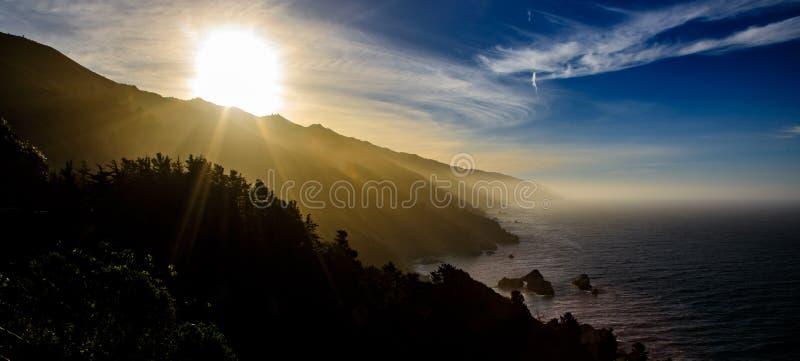 Duży Sura Kalifornia wybrzeże z wschodem słońca przychodzi up nad górami fotografia royalty free