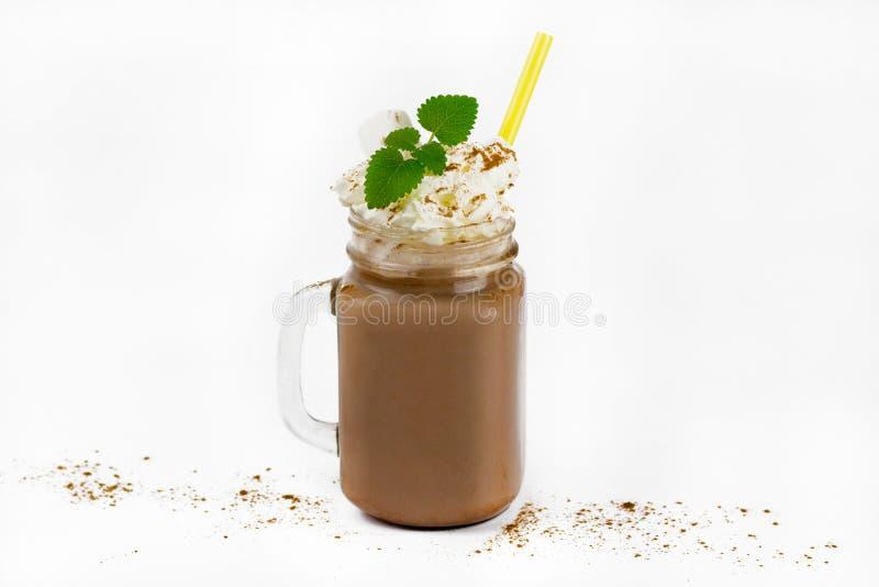 Duży szklany słój z kakao lub gorącą czekoladą zdjęcie royalty free