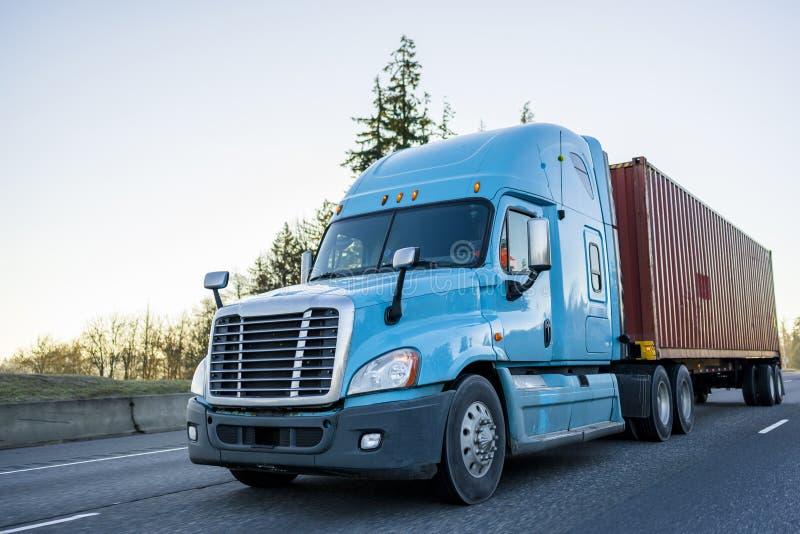 Duży takielunku dalekiego zasięgu semi ciężarówki odtransportowania zbiornik na autostradzie zdjęcie royalty free