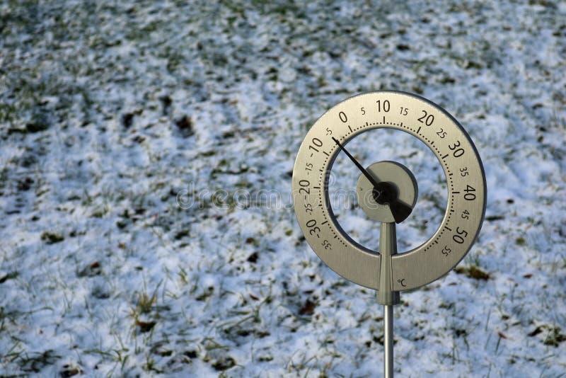 Duży termometr z Celsius skala pokazuje -5 stopień umieszczającego w zamarzniętym polu z kopii przestrzenią zdjęcia royalty free