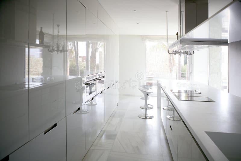 duży współczesny kuchenny nowożytny biel obrazy stock