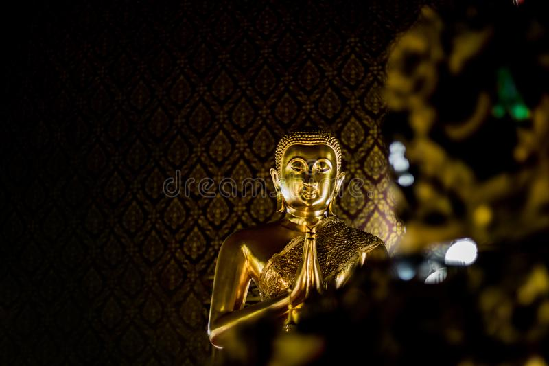 Duży złocisty Buddha whit wzoru tło fotografia stock