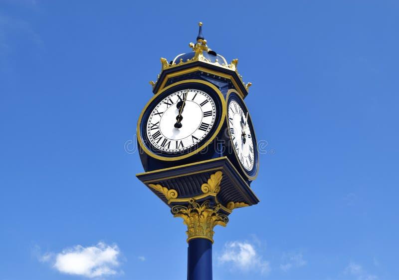 Duży zegar w Bearwood, Birmingham, na słonecznym dniu Duży zegar na niebieskim niebie w Zjednoczone Królestwo obrazy royalty free