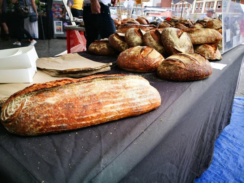 Dużych Domowej roboty Francuskich Baguettes brown chleb przy Niedziela rynkiem fotografia stock