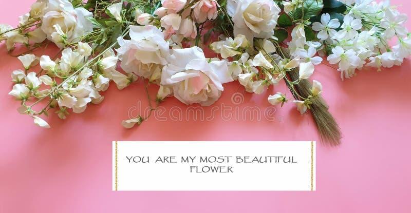 Du är min härliga blommabukett av vita rosor och lösa blommor på rosa utrymmen för en bakgrundskopia royaltyfri foto