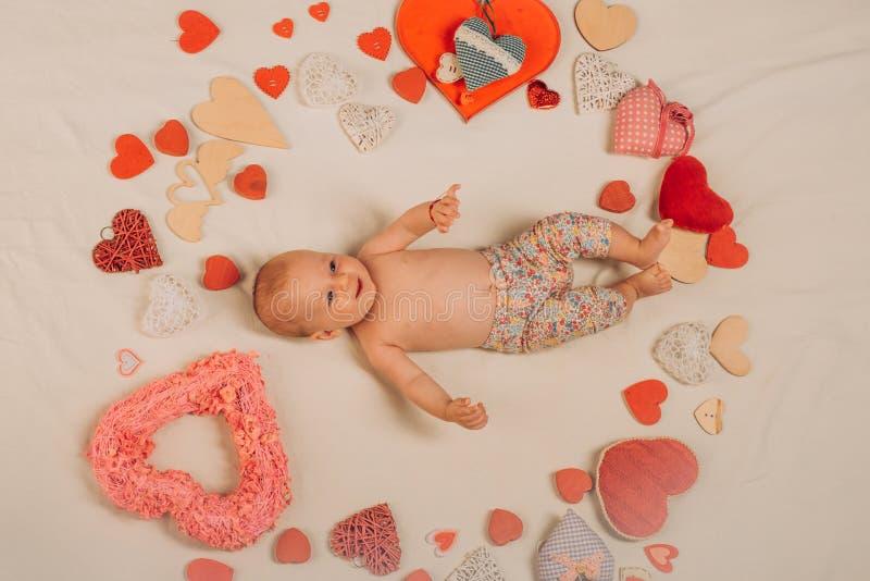 Du är min hjärta Förälskelse Stående av det lyckliga lilla barnet behandla som ett barn bakgrund som sött isoleras little över wh arkivbilder
