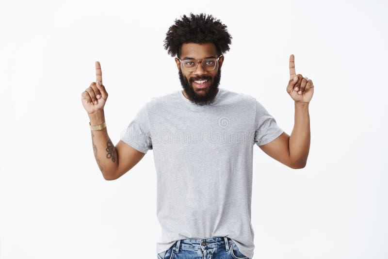 Du ?nskar att se det St?ende av den manliga mannen f?r entusiastisk attraktiv lycklig ung afrikansk amerikan med lockigt h?r royaltyfri bild