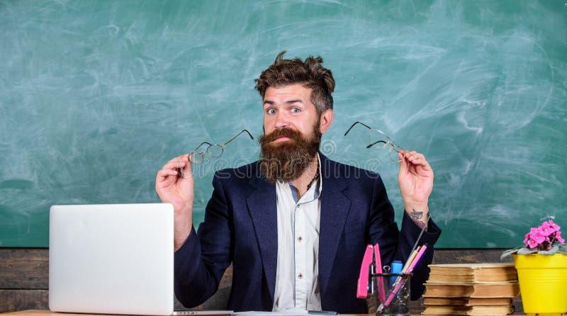 Du bör välja riktigt glasögon för att hålla bra vision Arbeta med bärbar dator- och bokorsaksproblem med ögon och vision royaltyfri bild