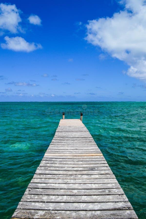 Du bon jetée †de manière «à Crystal Clear Caribbean Waters, calfat de Caye, Belize photographie stock libre de droits