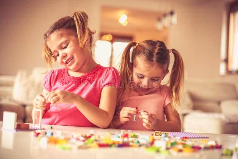 Du bygger för själv flickor little som leker royaltyfria bilder