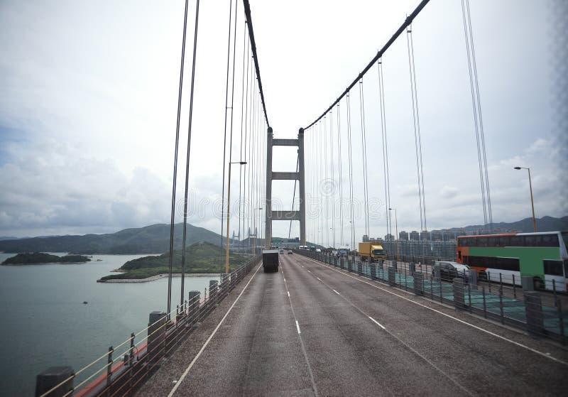 Du côté gauche à la route conduisant l'itinéraire et le pont image libre de droits
