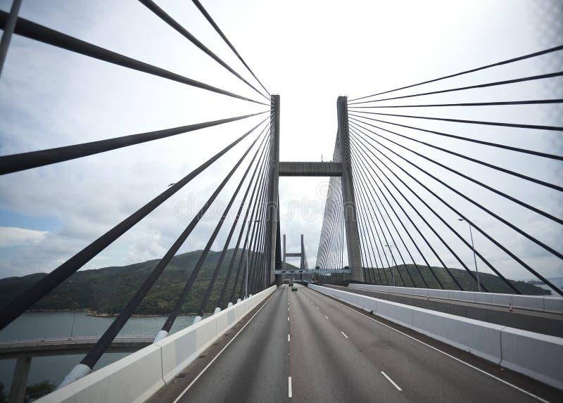 Du côté gauche à la route conduisant l'itinéraire et le pont photo stock