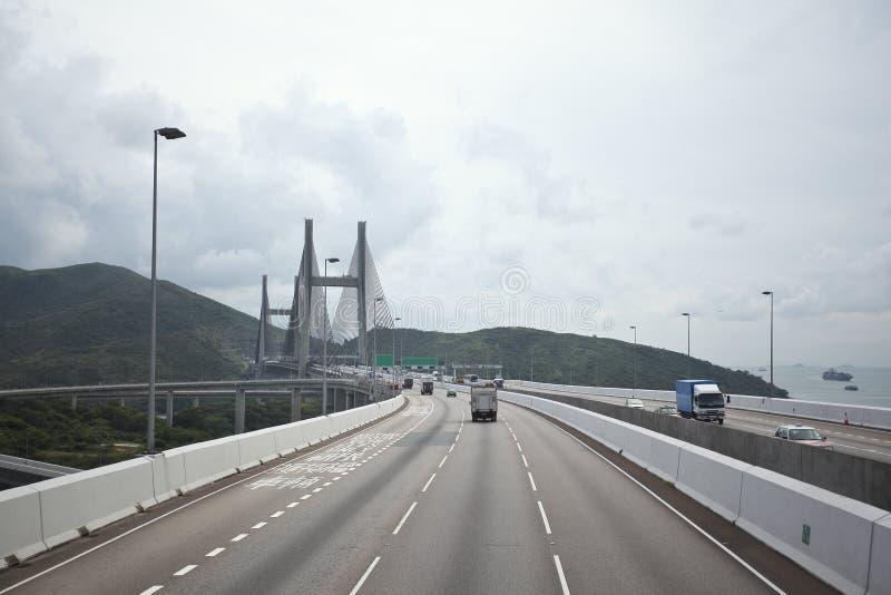 Du côté gauche à la route conduisant l'itinéraire et le pont photo libre de droits