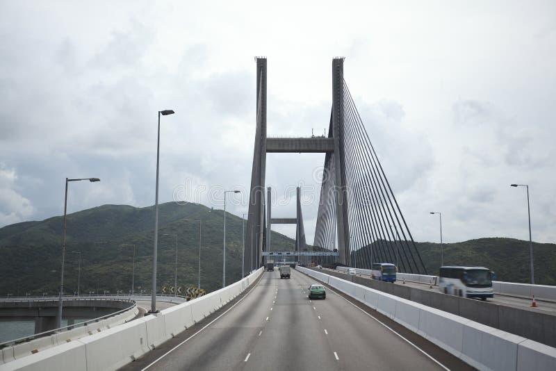 Du côté gauche à la route conduisant l'itinéraire et le pont images stock