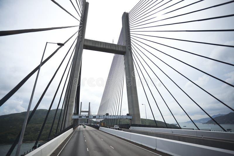 Du côté gauche à la route conduisant l'itinéraire et le pont photos stock