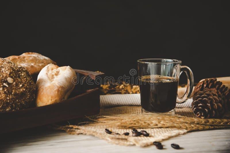 Du café noir en verre est encore placé sur le plancher en bois - concept images libres de droits