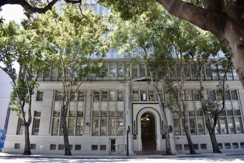 Du centre de tribunal pour enfants et de détention à l'abri pour des vétérinaires de maisons photographie stock
